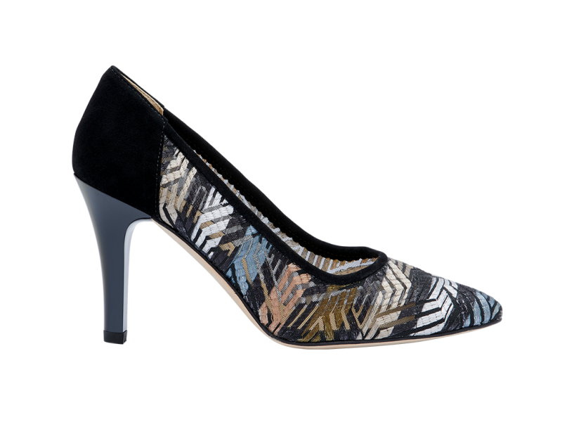 Pump with lacquered heel