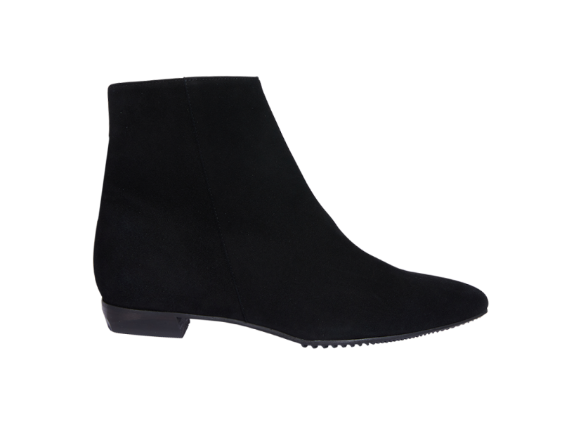 Pointy short boot in black